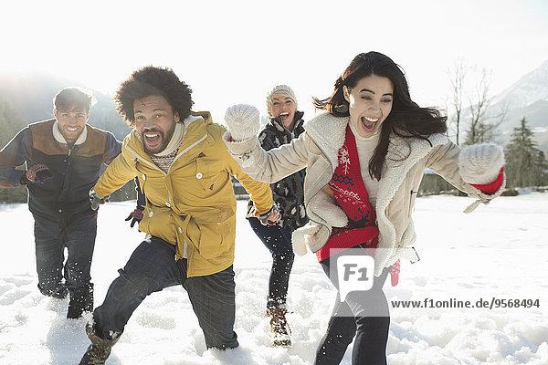 Paare  die im Schnee laufen