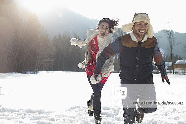 Paar läuft im Schnee