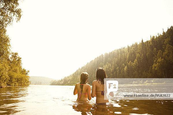 stehend Zusammenhalt See Mädchen