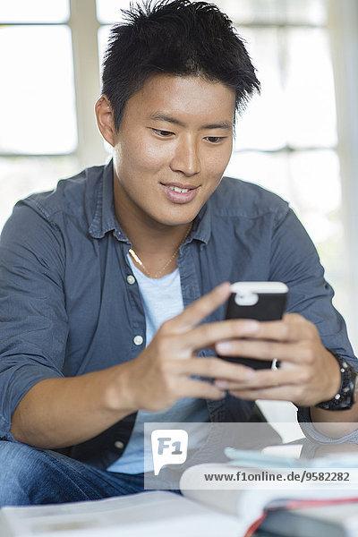 Handy benutzen Mann südkoreanisch Hausaufgabe