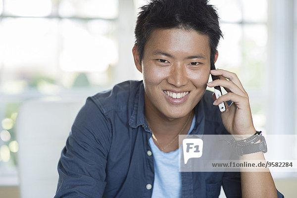 Handy Innenaufnahme Mann sprechen südkoreanisch