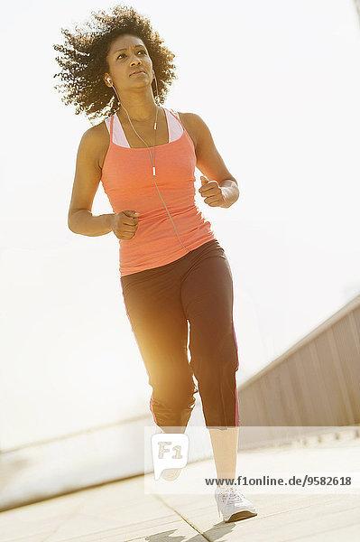 Außenaufnahme Frau mischen joggen Mixed freie Natur