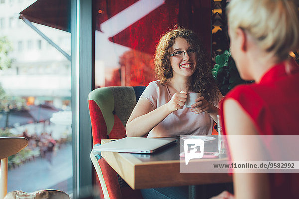 Zusammenhalt Frau Cafe trinken Kaffee