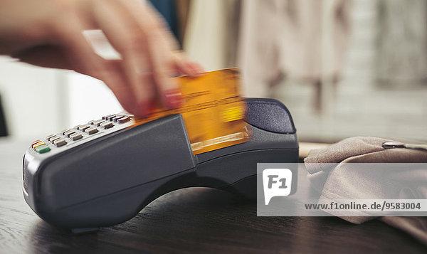 Frau lesen Kredit Kreditkarte Karte durchziehen