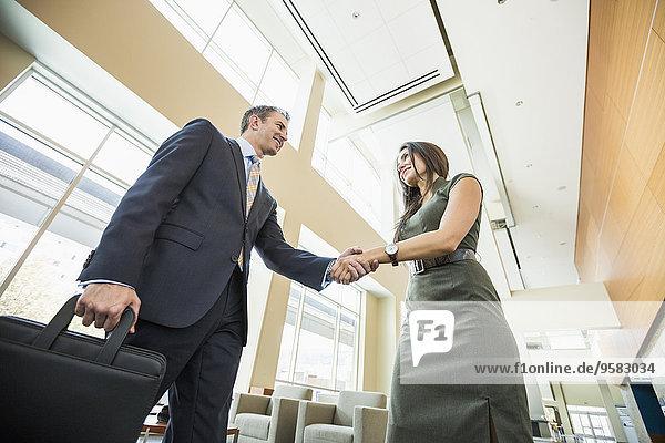 niedrig Eingangshalle Mensch Büro Menschen Menschliche Hand Menschliche Hände Ansicht Flachwinkelansicht Winkel Business schütteln