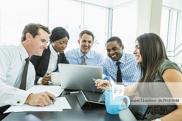 benutzen Computer Notebook Mensch Menschen Geschäftsbesprechung Besuch Treffen trifft Business