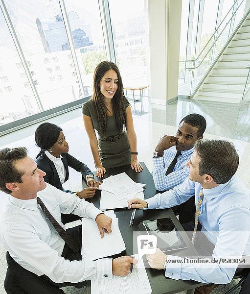 hoch oben sprechen Mensch Menschen Geschäftsbesprechung Besuch Treffen trifft Ansicht Flachwinkelansicht Winkel Business