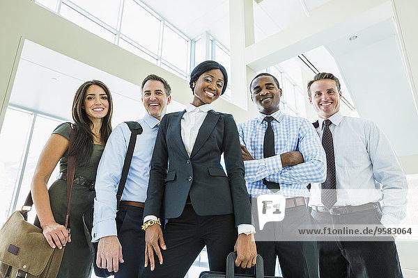 niedrig Eingangshalle Mensch Büro Menschen lächeln Ansicht Flachwinkelansicht Winkel Business