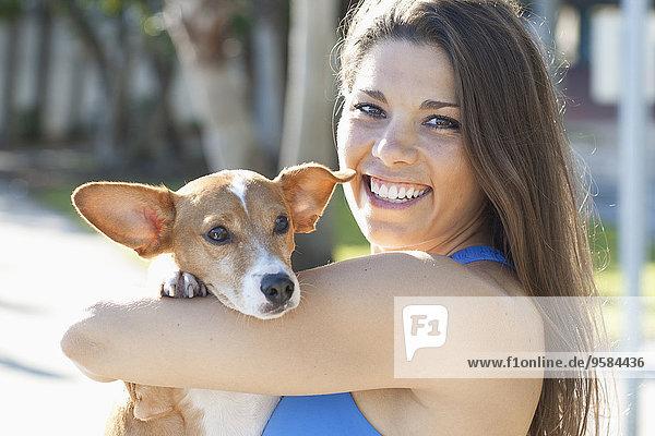 Außenaufnahme Europäer Frau halten Hund freie Natur