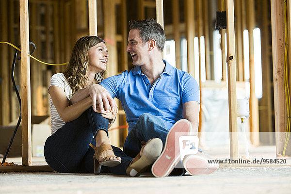 sitzend bauen Europäer Boden Fußboden Fußböden unterhalb Interior zu Hause