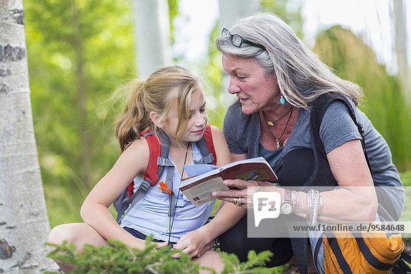Reiseführer Europäer Enkeltochter Großmutter wandern vorlesen