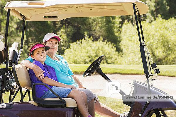 fahren Fuhrwerk Großmutter Enkelsohn Golfsport Golf Kurs