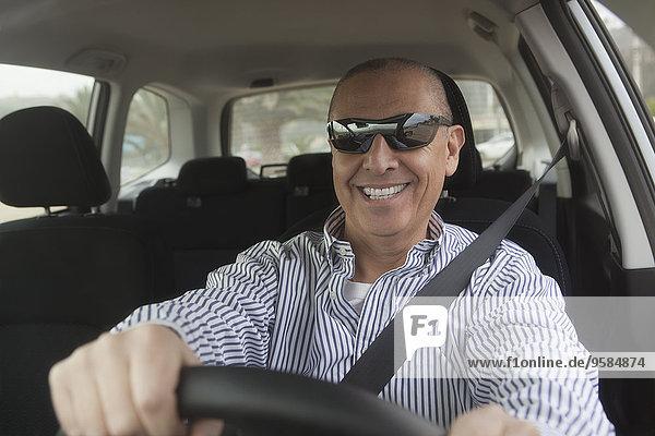 Senior Senioren Mann Auto fahren Hispanier Sonnenbrille