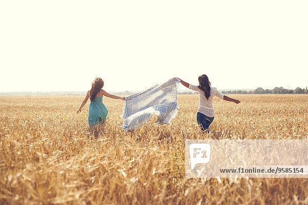 Ländliches Motiv ländliche Motive Europäer Frau tragen Feld Decke