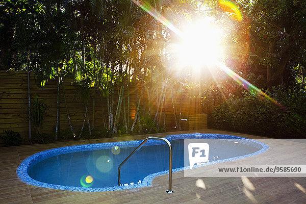 Sonnenstrahl über Garten Schwimmbad Hinterhof