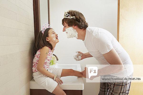 Menschlicher Vater Badezimmer Tochter spielen