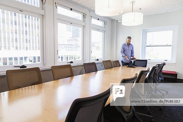 stehend Geschäftsmann Geschäftsbesprechung Zimmer Tisch Konferenz