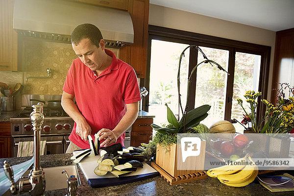 Europäer Mann Küche Gemüse hacken