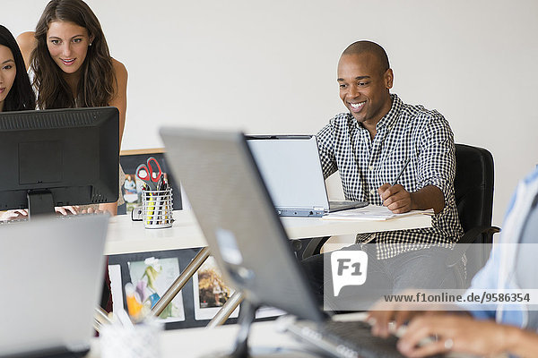 Zusammenhalt Computer Mensch Büro Menschen arbeiten Business