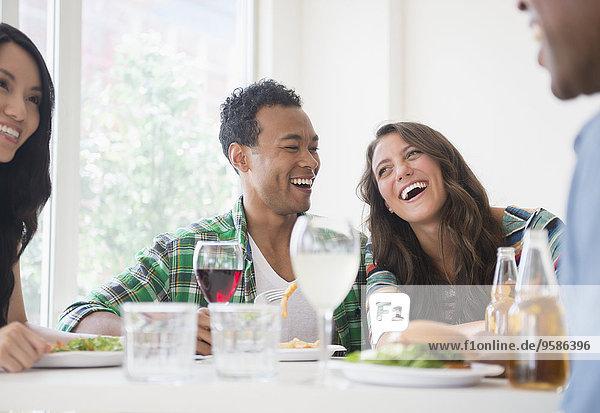 Zusammenhalt Freundschaft lachen Restaurant