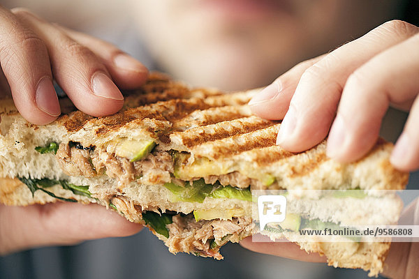 Frau Close-up Sandwich essen essend isst