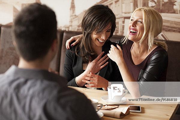 Frau lachen Cafe