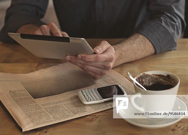 benutzen Mann Tasse Tablet PC Kaffee