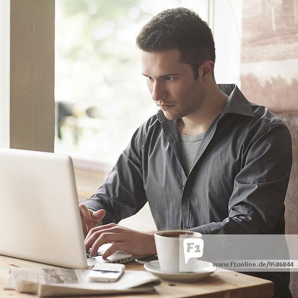 benutzen Mann Tasse Notebook Cafe Kaffee