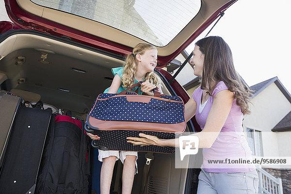 Europäer, Auto, Koffer, verpacken, Tochter, Mutter - Mensch