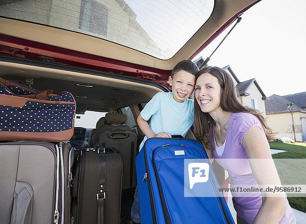 Europäer lächeln Sohn Auto Koffer Mutter - Mensch