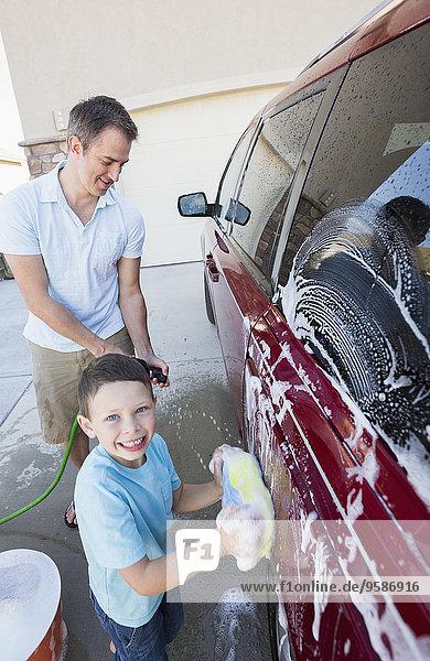 Europäer Menschlicher Vater Sohn Auto waschen Fahrweg