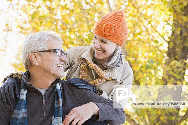 Europäer lächeln Baum unterhalb Herbst alt