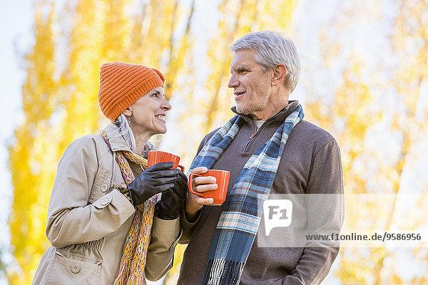 nahe Europäer Baum Herbst trinken Kaffee alt