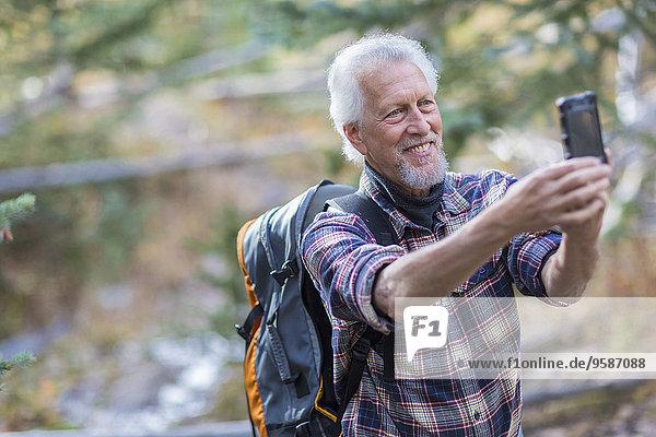 Handy Europäer Fotografie nehmen Wald wandern