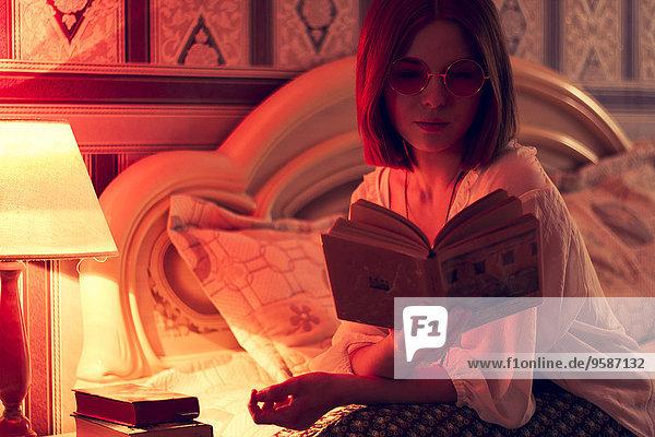 Europäer Frau Bett vorlesen