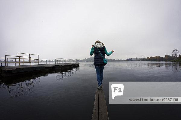 Stilleben still stills Stillleben Europäer Frau über balancieren See Dock