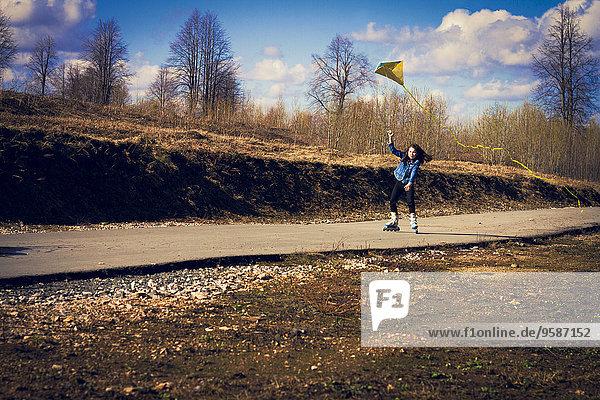 Ländliches Motiv ländliche Motive Rollschuh fliegen fliegt fliegend Flug Flüge Europäer Fernverkehrsstraße Mädchen