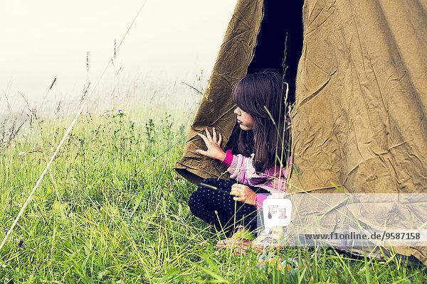 sitzend Europäer camping Zelt Mädchen