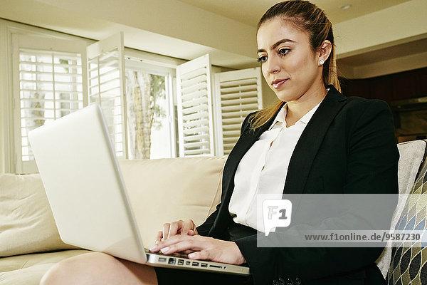 benutzen Europäer Geschäftsfrau Notebook Couch