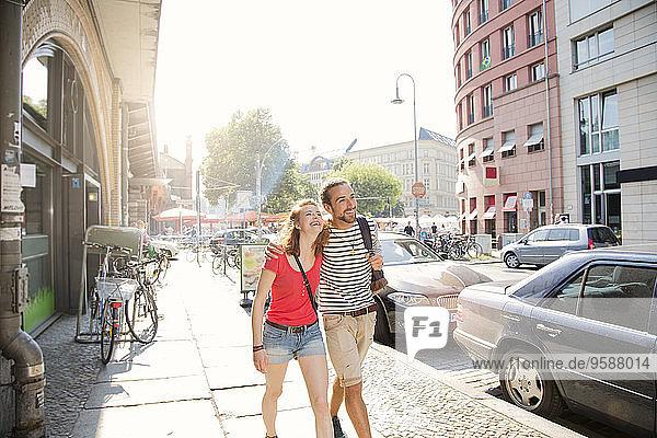 Deutsch  Berlin  Junges Paar auf der Straße