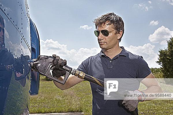 Deutschland  Bayern  Landshut  Hubschrauberpilot Betankungsflugzeuge