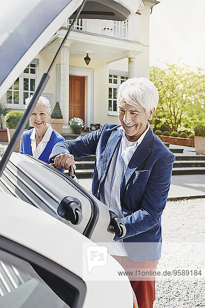 Deutschland  Hessen  Frankfurt  Seniorenpaar zur Reisevorbereitung