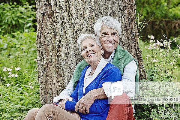 Deutschland  Hessen  Frankfurt  Seniorenpaar genießt Natur im Park