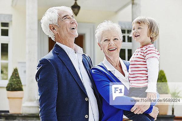 Deutschland,  Hessen,  Frankfurt,  Seniorenpaar mit Enkelin am Arm