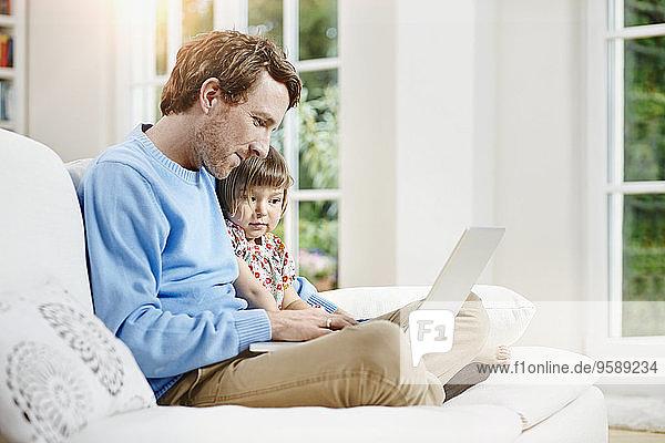 Deutschland  Hessen  Frankfurt  Vater und Tochter mit Laptop
