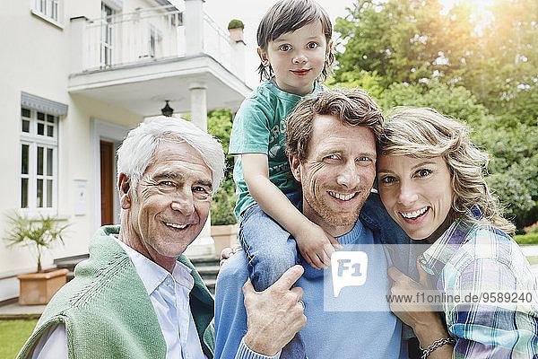 Deutschland  Heese  Frankfurt  Junge Familie mit Großvater vor der Villa