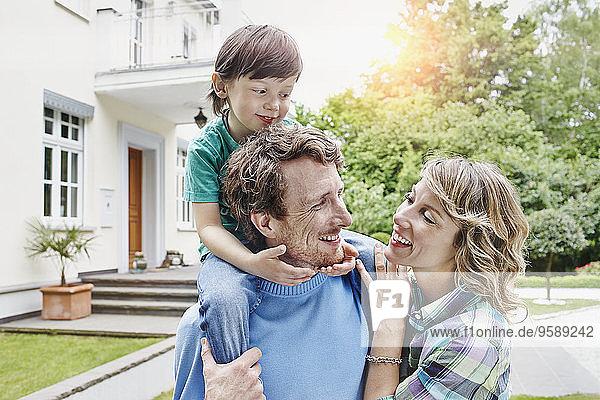 Deutschland  Heese  Frankfurt  Junge Familie vor der Villa