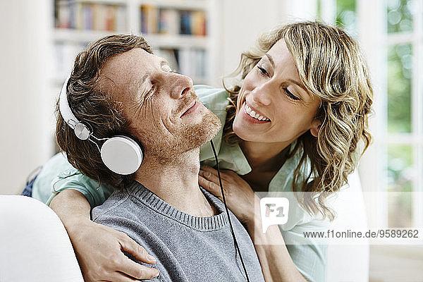 Deutschland  Hessen  Frankfurt  Erwachsenenpaar zu Hause beim Musik hören