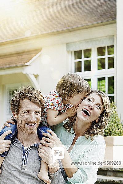 Deutschland  Hessen  Frankfurt  Glückliches Paar mit Tochter vor der Villa