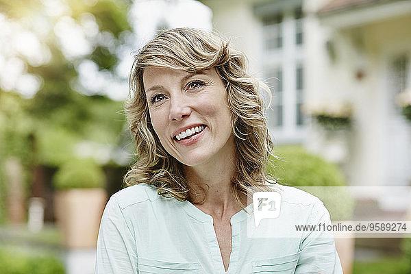 Deutschland  Hessen  Frankfurt  Portrait einer Frau im Garten